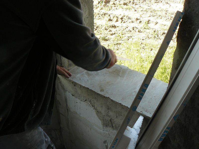 Przygotowanie ościeży okna do montażu. Wyrównanie płaszczyzny progowej, (dolnej), przy użyciu zaprawy termoizolacyjnej.