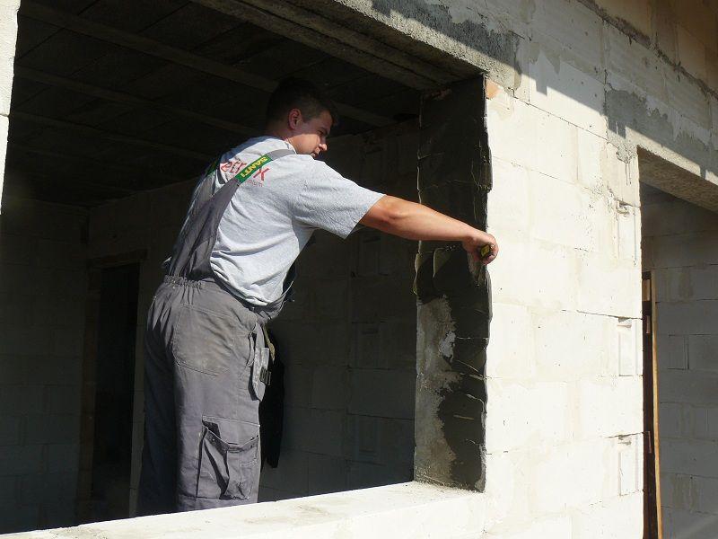 Przygotowanie ościeży okna do montażu. Wyrównanie powierzchni bocznych przy użyciu zaprawy termoizolacyjnej.
