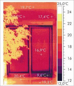 nieprawidłowe uszczelnienie progu okna. Zdjęcie termowizyjne.