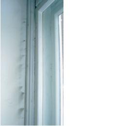 Źle uszczelnione okno. Widoczne przedmuchy powietrza.