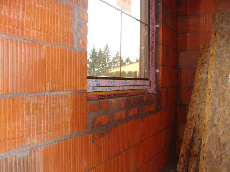 Sposób wykończenia progowej części ościeży okiennej wykonanej z pustaków ceramicznych