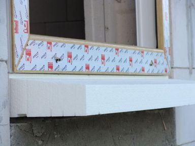 Ciepły parapet. Szczelność połączenia okna z parapetem w progu ościeży strona zewnetrzna.