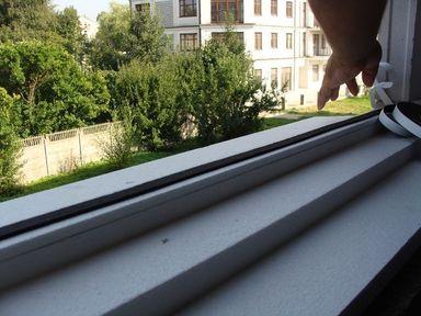 Ciepły parapet. Taśma rozprężna Ilmod-eco. Połączenie elementów uszczelnienia progu okna.