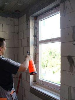Ciepły parapet. Zwilżanie ościeży okna przed ułożeniem pianki termoizolacyjnej PU.
