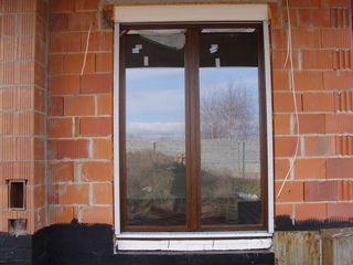Drzwi balkonowe dwudzielne z ruchomym słupkiem i roletą nadstawną