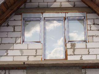 Zestaw balkonowy z oddzielnymi puszkami rolet nad każdym z okien