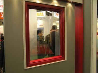 Okno pcv z nakłdkami aluminiowymi Aluskin. Okno zamontowane w śiance.