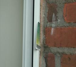 uszczelnienie styku okna z węgarkiem zwykłą zaprawą murarską!