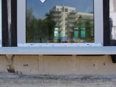 Przykład połączenia parapetu zewnętrznego z oknem.