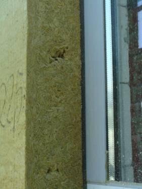 Przykład uszczelnienia szczeliny dylatacyjnej pomiędzy oknem, a warstwą docieplenia.