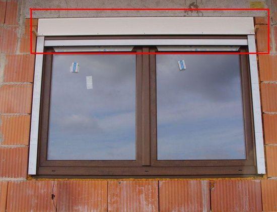 Montaż okna z roletą nadstawną. Miejsce powstawania błędu montażu okna z roletą nadstawną.