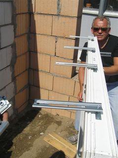 montaż okna przy pomocy kotew j-bd