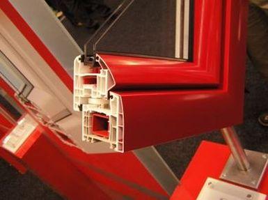 fragment okna pcv z nakłdkami aluminiowymi Aluski zaprojektowanymi przez designera Luigi Colaniego