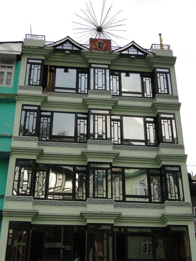 Okna w budynku przy promenadzie w Gangtok