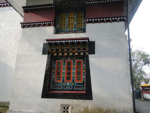 Okno w klasztorze Tashiding zbudowanym w 1717 roku leżącym w samym sercu Sikkimu. Tashiding to także nazwa najświętszej ze świętych gór w Sikkimie. Klasztor należy do sekty Ningma-pa.