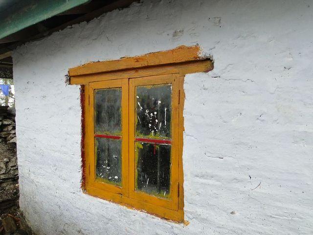 Okno w klasztorze Tashiding zbudowanym w 1717 roku