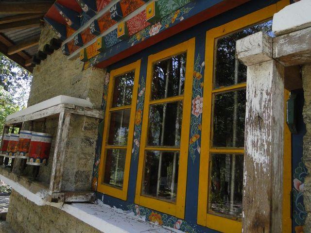 Okno w Yuksom gompa miejscu koronacji pierwszych władców Sikkimu w 1641 r