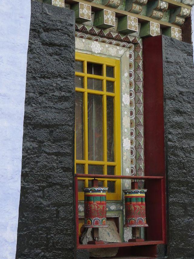 Okno w klasztorze Sanga Cheoling - jednym z najstarszych w Sikkimie zbudowanym w 1697 roku.