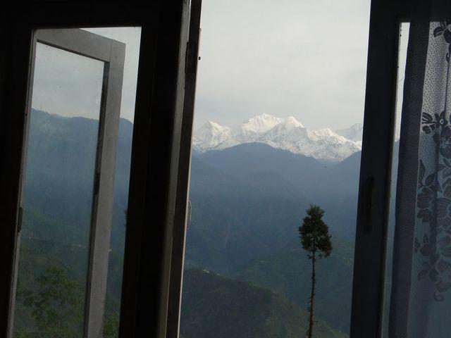 Okno z widokiem na Kanczendzonge trzeci co do wysokości szczyt świata 8586 m n.p.m