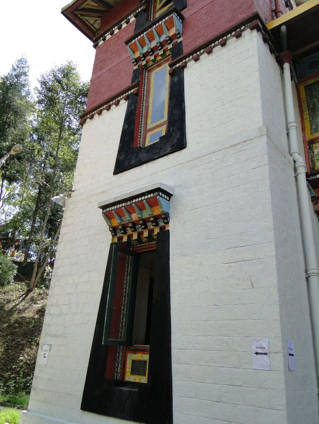 Okno w Namgyal Institute of Tibetology w Gangtok