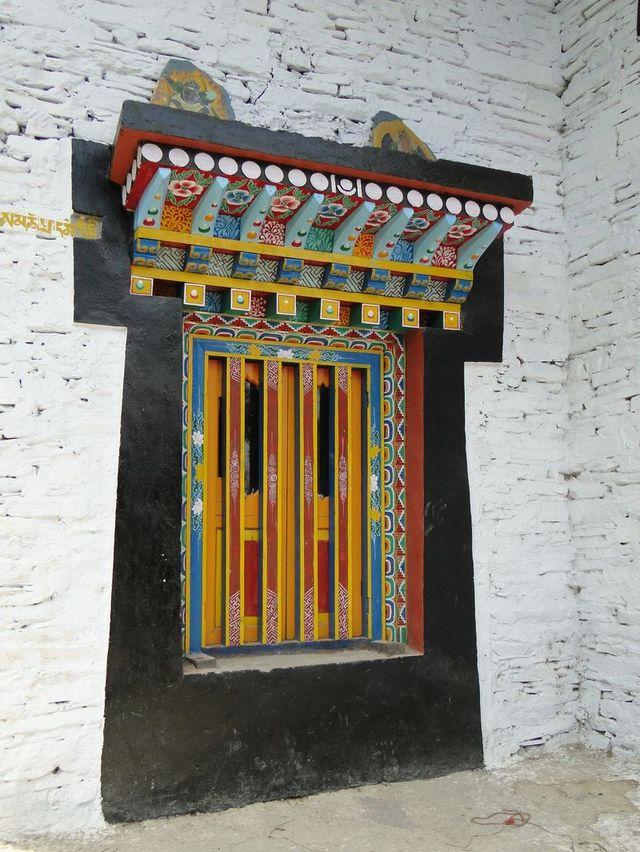 Okno w Klasztorze Phodong - jednym z najpiękniejszych klasztorów w Sikkimie. Miejsce zamieszkania około 260 mnichów.