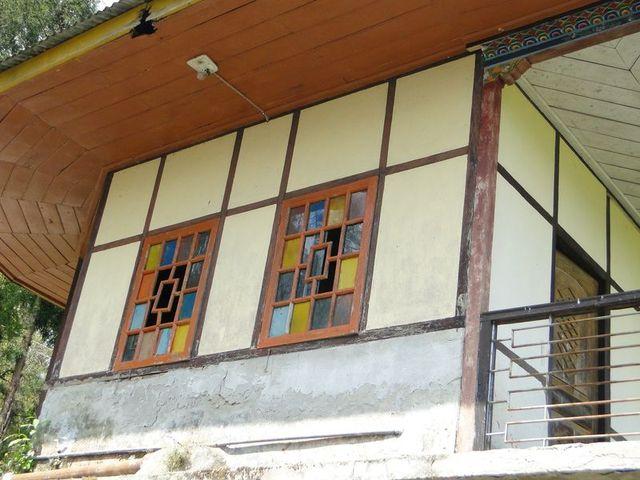 Okno w budynku mieszkalnym w Gangtok, 30 tysięcznej stolicy Sikkimu