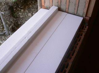 Montaż okien PCV z użyciem styropianowego bloku podparapetowego.