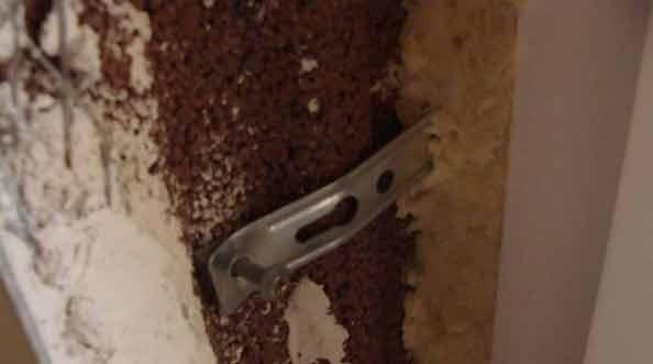 Mocowanie okien na niedostateczną ilość kotew lub dybli