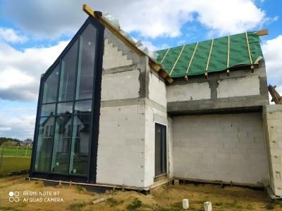 Montaż stolarki okiennej oraz ściany słupowo-ryglowej w budynku jednorodzinnym.