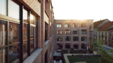 Okna Deceuninck Elegant w budynku industrialnym