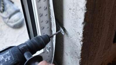 Montaż ramy okna do muru