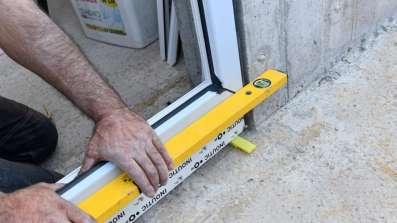 Kontrola poziomu podczas montażu okna