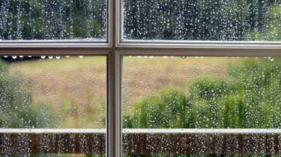 Okno wystawione na oddziaływanie deszczu i wiatru