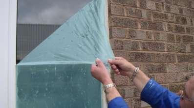 Usuwanie folii zabezpieczającej glasstrip z okna