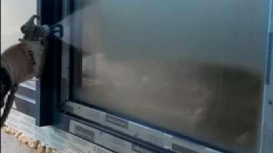 Aplikacja płynnej folii zabezpieczającej na okno