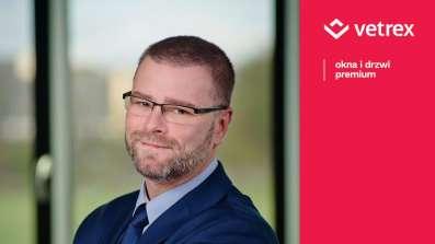 Marcin Tomczyński - Pełnomocnik Zarządu ds. Montażu i Rozwoju Produktu, uzyskał tytuł Europejskiego Certyfikowanego Mistrza Budownictwa Energooszczędnego i Pasywnego.