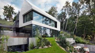 Dom jednorodzinny w Gdyni z panoramicznymi przeszkleniami przesuwnymi w systemach aluminiowych Schüco ASS 77 PD.HI Fot.: Andrzej Łopata