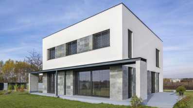 Dom jednorodzinny pod Warszawą z drzwiami przesuwnymi SchücoThermoSlide i oknami Schüco z PVC-U w standardzie pasywnym  Fot.: Schüco