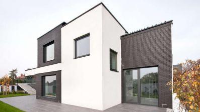 Dom wyposażony w okna aluminiowe OknoPlus Star