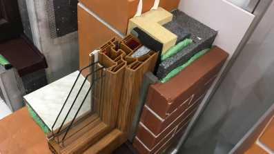Montaż okna z wykorzystaniem taśm uszczelniających w ścianie trójwarstwowej. Montaż w systemie illbruck MOWO.