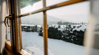 Zimowy widok przez okno