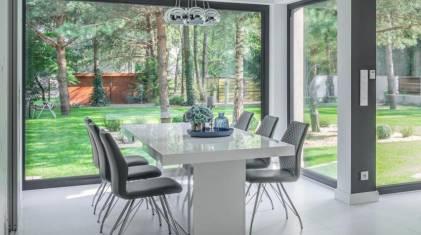 Duże przeszklenia w domu - jakie okna wybrać?